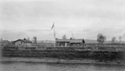 Schoolhouse_in_Alaska_Native_village_on_bank_of_Innoko_River,_Alaska,_September_1914_(AL+CA_3998)